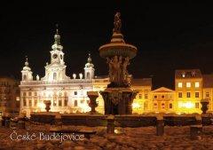 Pohlednice Č. Budějovice 44 kašna noc zima Binder